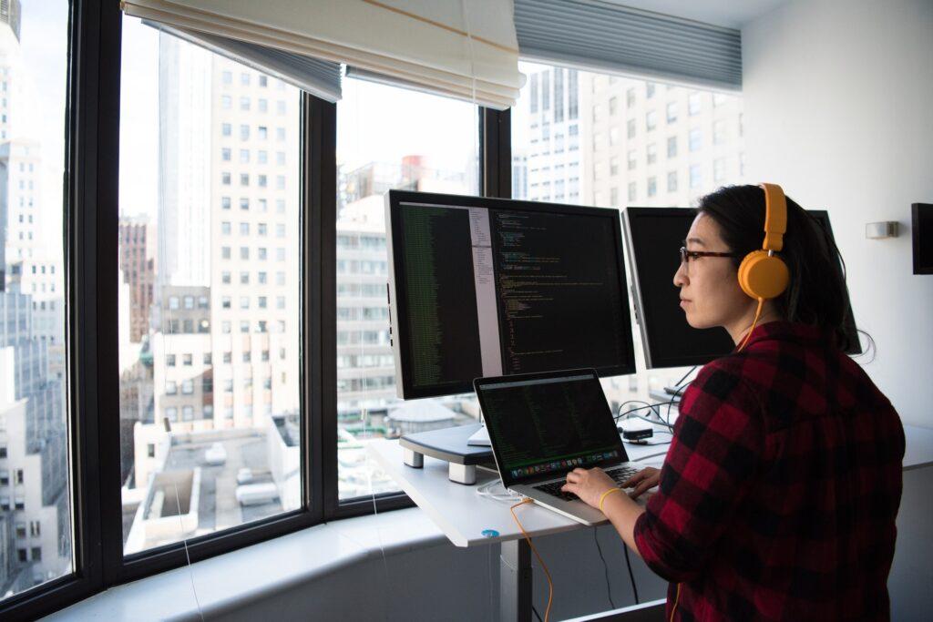 En person jobbar vid ett höj- och sänkbart skrivbord