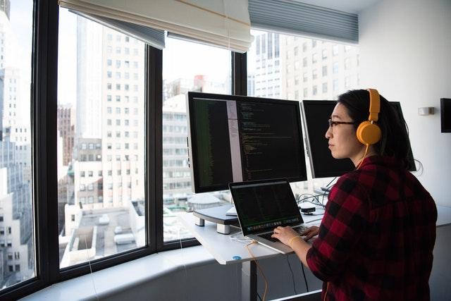 En kvinna arbetar ståendes vid sitt skrivbord